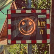 Symbolbild einer Geschwindigkeitskontrolle (Abgeleitetes Werk von Hallwang 03 - Geschwindigkeitskontrolle.jpg by Eweht (Own work) [CC BY-SA 4.0 (http://creativecommons.org/licenses/by-sa/4.0)], via Wikimedia Commons)