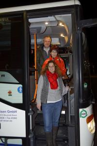 Jutta Hutzler, Wernhilde Mann und Herbert Kropstat verlassen den Bus an der Endhaltestelle am Bahnhof Mitte